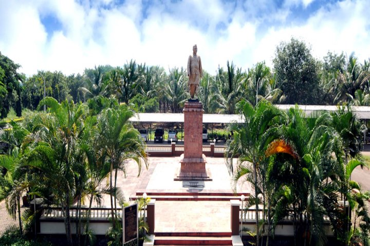 https://cache.careers360.mobi/media/colleges/social-media/media-gallery/1113/2018/10/11/Statue in Yashwantrao Chavan Maharashtra Open University Nashik_Campus-View.jpg